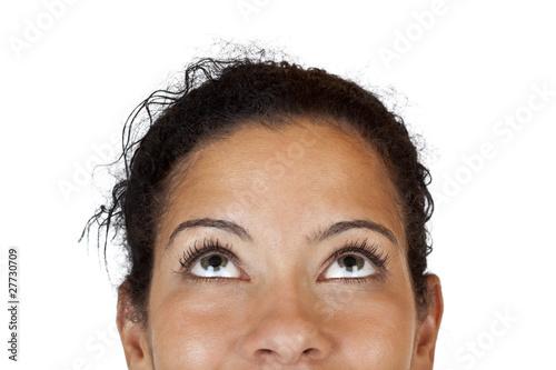 Foto Nahaufnahme einer glücklichen Frau die nach oben blickt