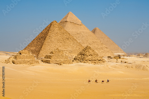 Spoed Foto op Canvas Egypte Camels Line Walk Pyramids All