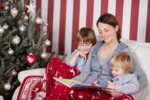 Mutter Liest Kindern Vor Dem Weihnachsbaum Vor
