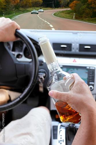 pijany-kierowca-jedzie-po-drodze
