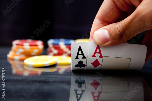 Male hand showing two aces плакат