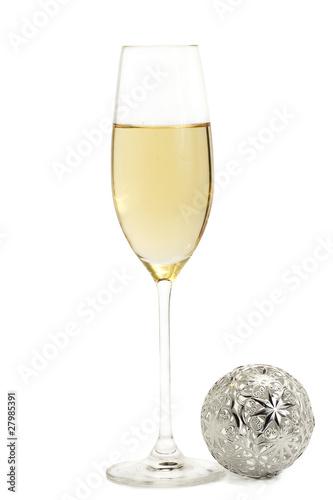 Christbaumkugeln Champagner Glas.Ein Glas Mit Champagner Mit Einer Metallenen Christbaumkugel Buy