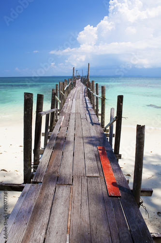 Fotografia Tropical jetty leading out to the clear sea.