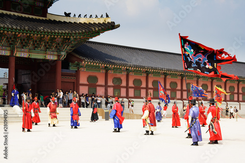 Fotografía  SOUTH KOREA. SEOUL - JULY 30: Changing of a guards of king's pal