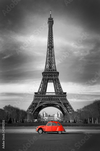 Foto op Canvas Rood, zwart, wit Tour Eiffel et voiture rouge- Paris