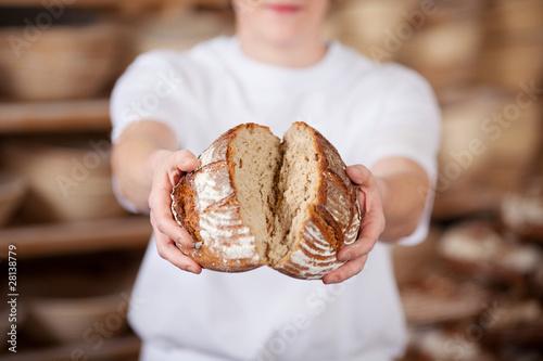 Leinwand Poster Bäcker bricht brot