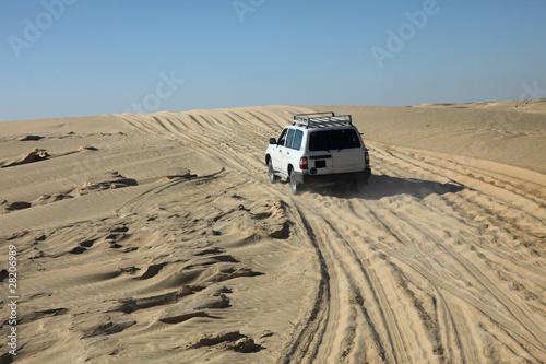 samochod-na-pustyni