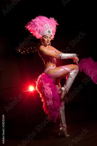 Photo  cabaret dancer over dark background