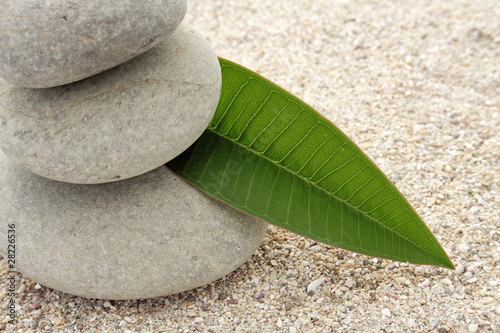 Photo sur Toile Zen pierres a sable Petite décoration zen de galets ronds sur sable blanc