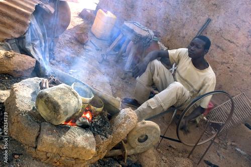 Tuinposter Algerije Travail du bronze en Afrique