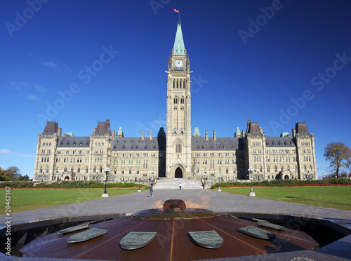 Spoed Foto op Canvas Canada The Parliament of Canada with heroes flame in the foreground