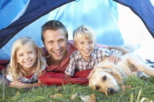 In de dag Kamperen Young father poses with children in tent