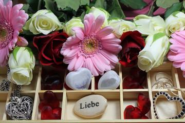 Obraz na płótnie Canvas Setzkasten mit Blumen und Herzen