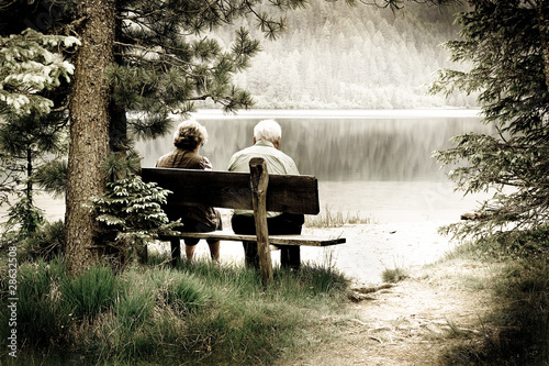 Fotografie, Obraz  coppia di anziani in riva al lago