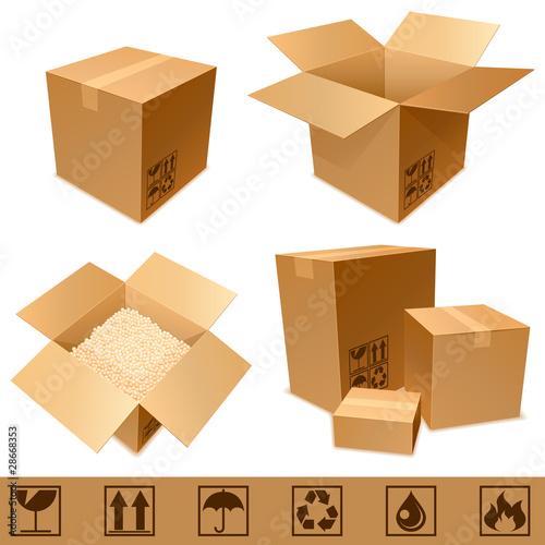 Photographie  Boîtes en carton et signes.