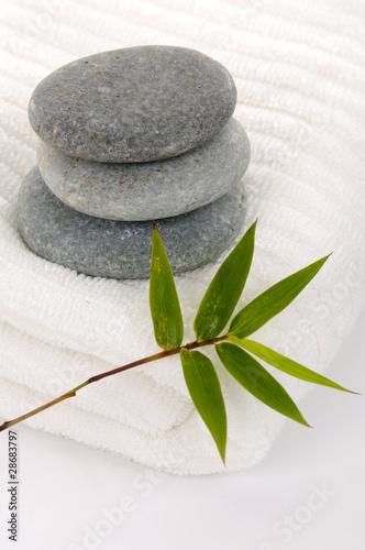 Photo sur Plexiglas Zen pierres a sable Zen stones with bamboo leaf on towel