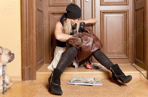 Foto  Frau sucht schlüssel in Handtasche