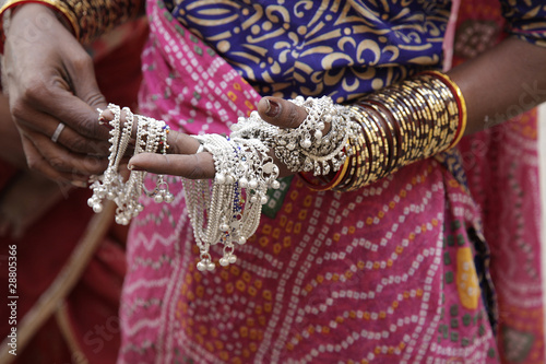Foto  indian woman showing traditional jewelry.