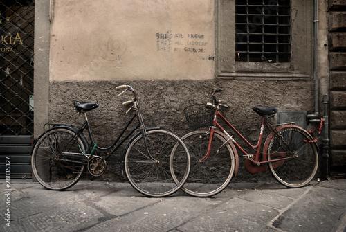 wloscy-w-starym-stylu-bicykle-w-lucca-tuscany