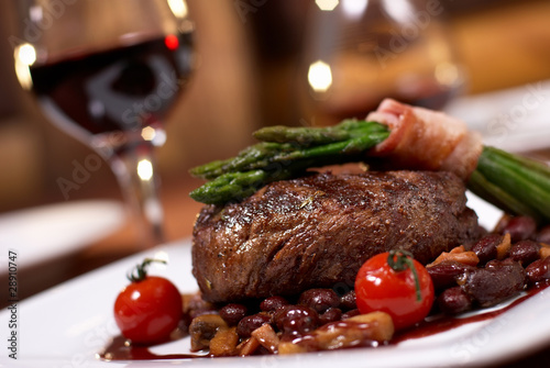 Spoed Foto op Canvas Steakhouse grilled beef with tomato