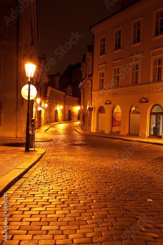 piekny-widok-nocny-na-ulice-w-pradze