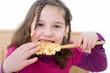 Mädchen isst Waffeln