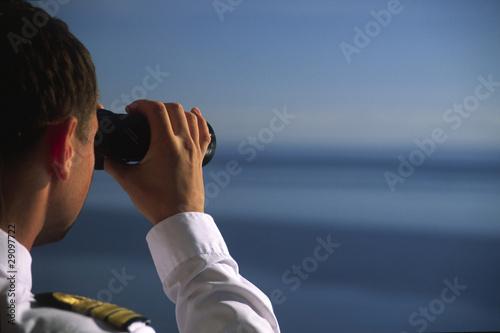 Fotografía  Offizier schaut mit dem Fernglas übers Meer