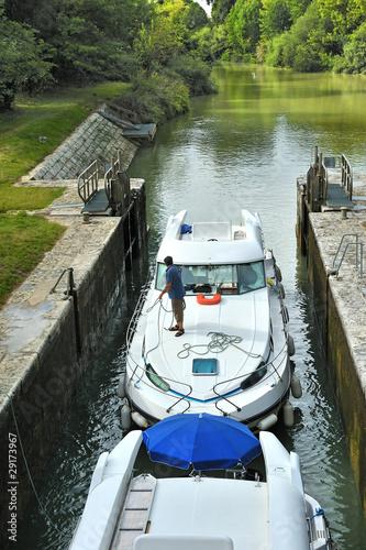 Fotografie, Obraz  passage d'un bateau a une écluse