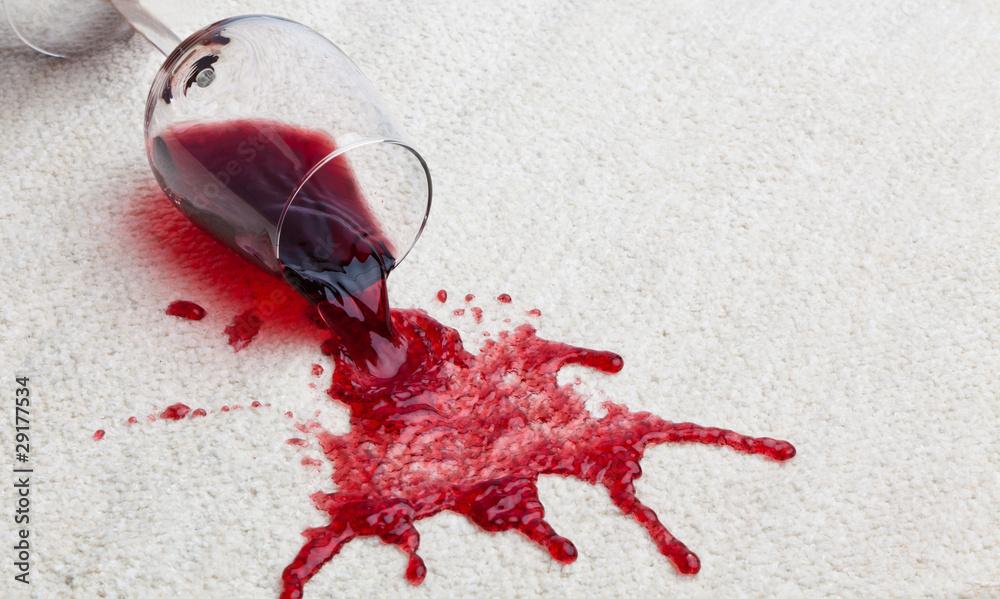 Fototapeta Rotweinglas verschmutzt Teppich.