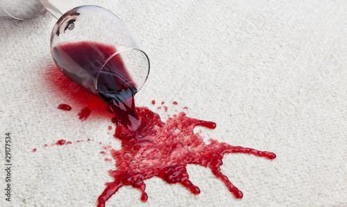 Obraz Rotweinglas verschmutzt Teppich. - fototapety do salonu