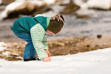 Kind Im Schnee Am Fluss Im Winter