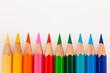 Bunte Farbstifte vor weißem Hintergrund