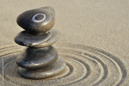 Photo sur Toile Zen pierres a sable Galets en équilibre sur le sable