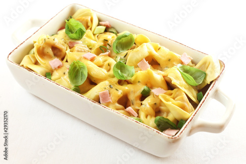 Fotografía Tortellini Gratin with Ham and Basil