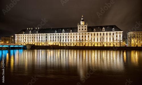 nocny-widok-na-duzy-budynek-i-rzeke