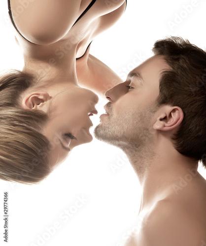 konceptualny-portret-mlodej-pary-delikatny-calowanie