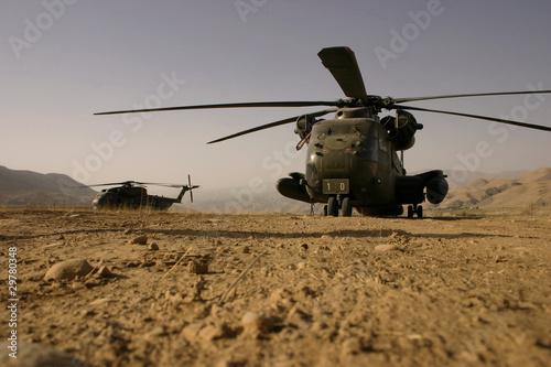 Tuinposter Helicopter Hubschrauber im Staub