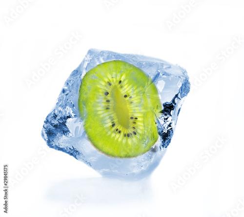 Poster Dans la glace Frozen slice of kiwi in ice cube