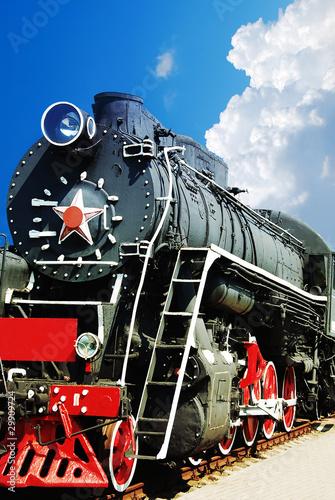rocznik-parowa-lokomotywa-przeciw-niebieskiemu-niebu