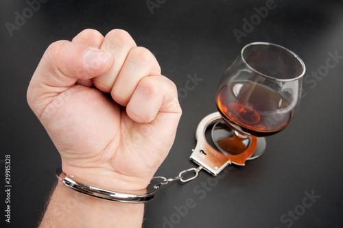 reka-zamknieta-na-kieliszek-alkoholu
