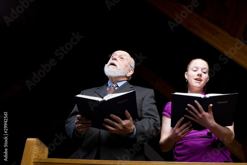 Senior White Man Young Woman Singing Church Hymnal Canvas-taulu