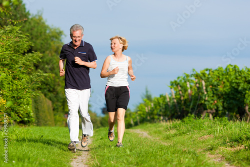 Foto op Plexiglas Jogging Älteres Paar beim Joggen