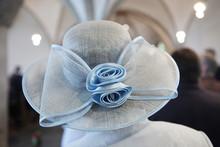Dame Mit Elegantem Hut In Der Kirche,hochzeit