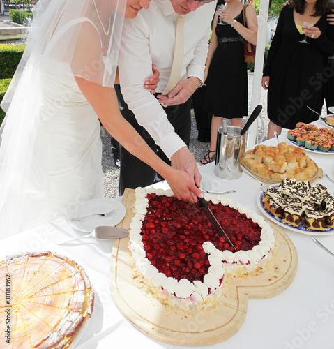 Braut Und Brautigam Beim Anschneiden Hochzeitstorte Buy This Stock