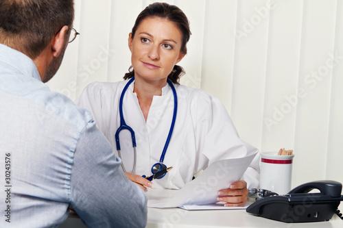 Fotografia  Arzt in Arztpraxis mit Patient. Gespräch und Berat