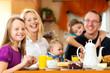 Leinwandbild Motiv Familie beim Frühstück