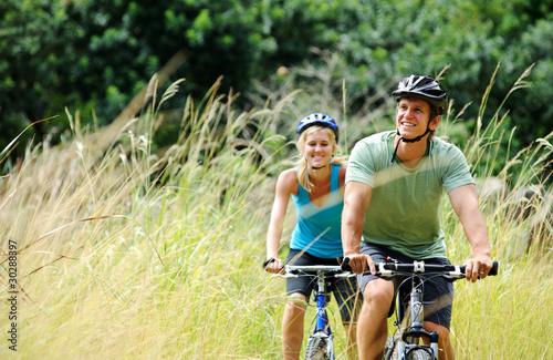 Obraz mountainbike couple outdoors - fototapety do salonu