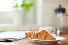 Croissant Am Frühstückstisch