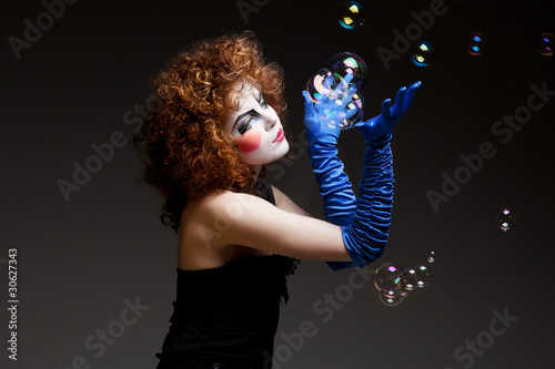 Photo  woman mime with soap bubbles.