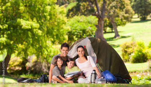 In de dag Kamperen Family camping in the park